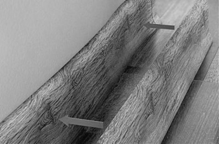 Фото. Эластичный пластиковый плинтус скрывает мелкие неровности стены