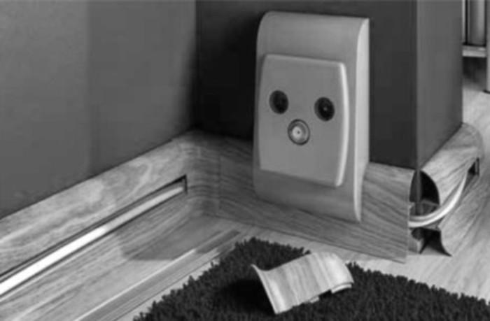 Фото. Плинтус с кабель-каналом позволяет аккуратно прятать слаботочную проводку